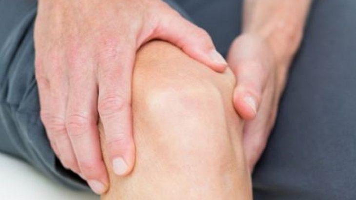 agarrando la pierna