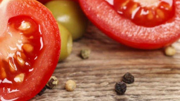 tomate rojo y piel